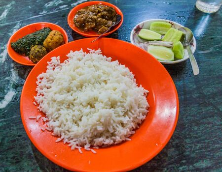 Meal in Bangladesh - Rice, Alo vorta, Shim borta and chicken curry Imagens