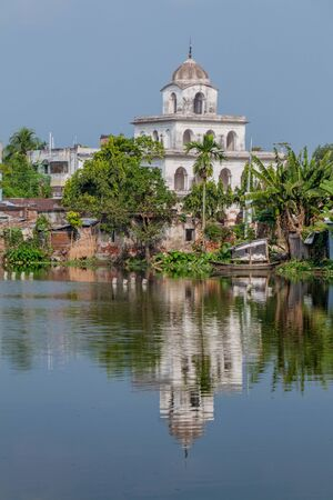 Dol Mandir temple reflecting in a pond in Puthia village, Bangladesh 免版税图像