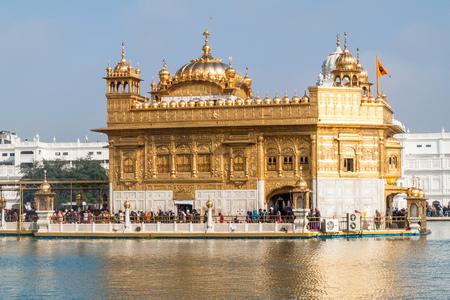 AMRITSAR, INDIA - 26 DE ENERO DE 2017: Templo Dorado (Harmandir Sahib) en Amritsar, estado de Punjab, India