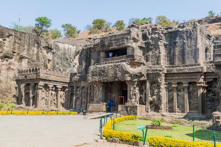 ELLORA, INDIEN - 7. FEBRUAR 2017: Eingang zum Kailasa-Tempel in Ellora, Bundesstaat Maharasthra, Indien