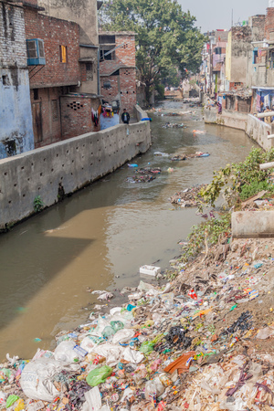 LUCKNOW, INDIA - FEBRUARY 3, 2017: Polluted river in Lucknow, Uttar Pradesh state, India Redakční