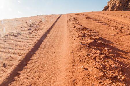 Huellas de neumáticos en una duna de arena en el desierto de Wadi Rum, Jordania Foto de archivo