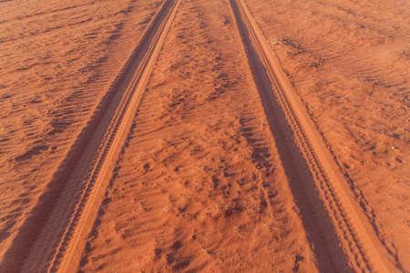 Tire tracks on a sand dune in Wadi Rum desert, Jordan Foto de archivo