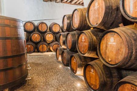 VILA NOVA DE GAIA, PORTUGAL - 18. OKTOBER 2017: Fässer Portwein im Weinkeller Ramos Pinto in Vila Nova de Gaia in der Nähe von Porto. Editorial