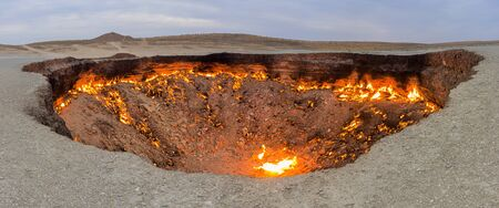 Darvaza (Derweze) gas crater (Door to Hell or Gates of Hell) in Turkmenistan Banque d'images