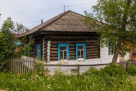 Typical Russian wooden house in Kungur town, Russia Banque d'images - 149579395
