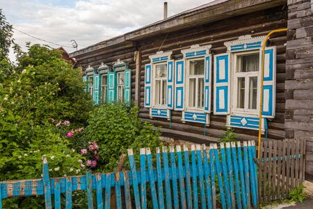 Typical old Russian wooden house in Tyumen city, Russia Banque d'images - 149581071