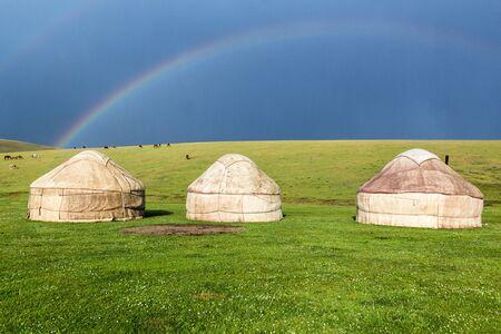 Rainbow above an yurt camp near Song Kul lake, Kyrgyzstan Stockfoto