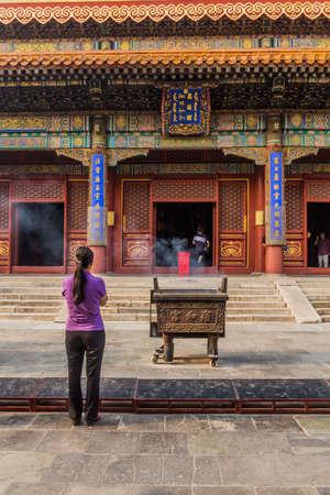 BEIJING, CHINA - AUGUST 28, 2018: Praying at Lama Temple (Yonghe Lamasery) in Beijing, China 新聞圖片