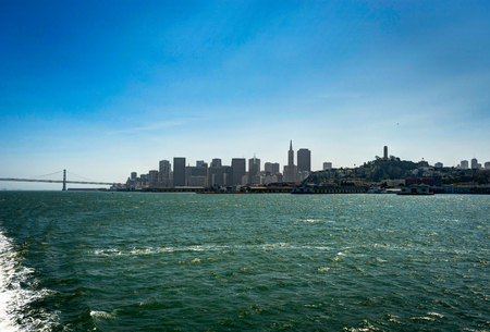 arbol alamo: Skyline View of San Francisco In California from Ferry Foto de archivo