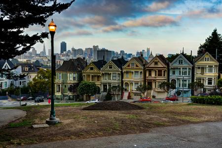 カリフォルニア州サンフランシスコに街路灯とシティ ビュー ペインテッド ・ レディース