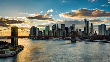 New York Skyline with Brooklyn Bridge Hudson River Manhatten dur