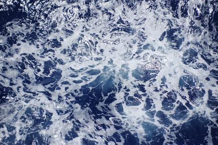 海の泡と水の背景ディープ ブルー