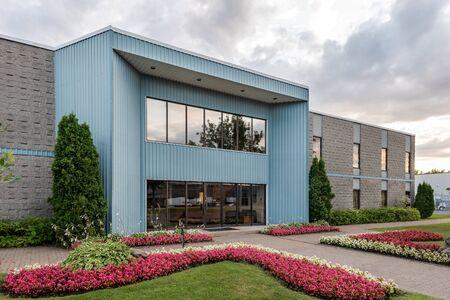 La façade extérieure d'une petite entreprise générique