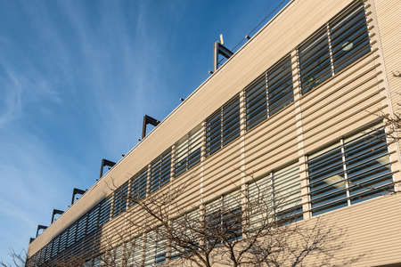 A segment of the exterior facade of a small generic building 免版税图像