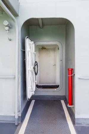 Металлическая дверь, вход в морской корабль Фото со стока