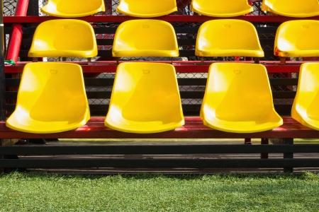 Желтый пластиковый место в футбольном поле