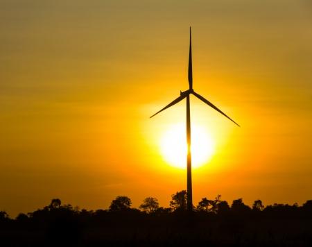 Силуэт ветровых турбин на восходе солнца на поле