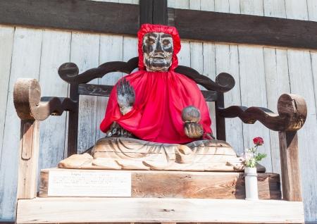 Нара, Япония - 8 сентября Binzuru Pindola деревянная статуя в Todai-дзи, Нара, Япония на 8 сентября 2011 японцы верили, что когда человек потирает часть этой статуи, его болезнь есть исчезнет
