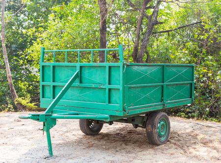 Зеленый старый цельномет большого мусорного бака Фото со стока