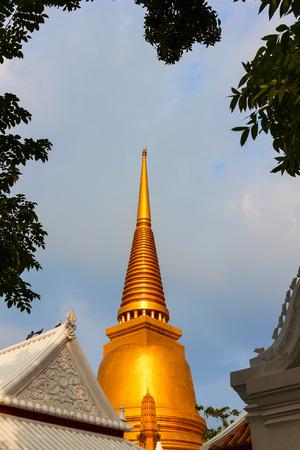 wat bowon: Pra Jedi Yai , Golden pagoda in Wat Bowon Thailand Stock Photo