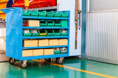 Запасная часть и инструменты корзина на заводе Фото со стока