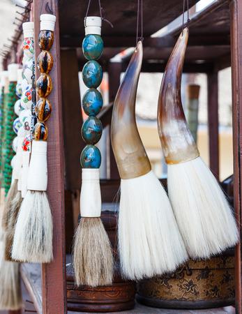 pluma de escribir antigua: Antique Chinese brushs in market Foto de archivo