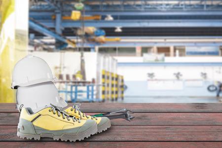 zapatos de seguridad: Herramientas de seguridad y de mantenimiento con trazado de recorte Foto de archivo