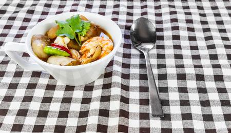 santa cena: Taza de sopa picante (tom yum kung), la comida tailandesa