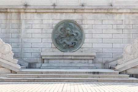 escalera: estatua de piedra de dragón chino de la vendimia en la pared y escaleras
