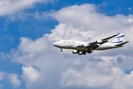 747 400: BANGKOK, Thailandia - 25 agosto: Un El Al Israel Airlines Boeing 747 si avvicina per l'aeroporto il 25 agosto, 2015 a Bangkok, Thailandia