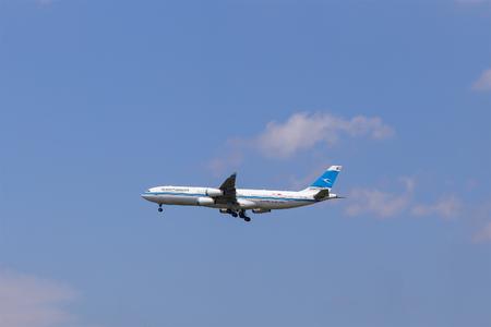 747 400: BANGKOK, Thailandia - 25 agosto: Kuwait Airwaits Boeing 747 si avvicina per l'aeroporto il 25 agosto, 2015 a Bangkok, Thailandia