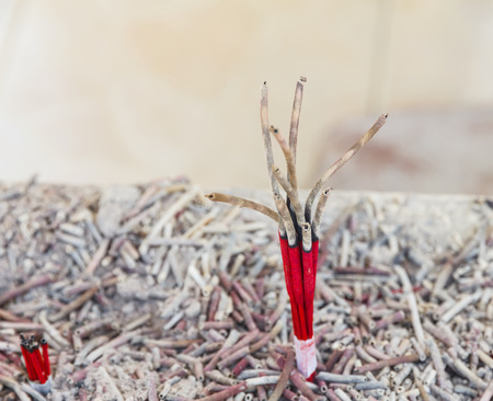 incienso: Rojo quemado varitas de incienso Foto de archivo