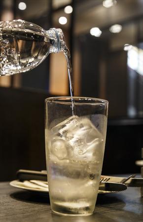agua purificada: agua purificada fría en la botella y vidrio con burbujas