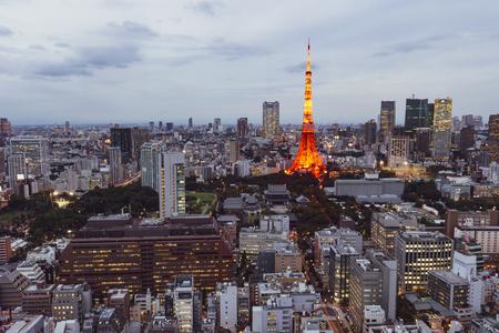 Tokio, Japonia - październik 11:Tokyo panoramę miasta wieczorem z wieżą Tokio w nocy, październik 11,2016, Tokio, Japonia. Panoramę miasta Tokio wieczorem z wieżą Tokio w nocy Publikacyjne