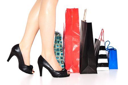 comprando zapatos: Womans piernas con bolsas de compra
