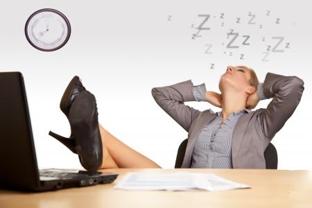 perezoso: Mujer durmiendo en la Oficina Foto de archivo