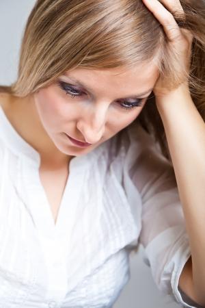 ansiedad: Mujer deprimida, triste sobre fondo neutro