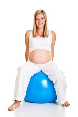 ejercicio aer�bico: Mujer embarazada ejercicios con pelota de Gimnasia