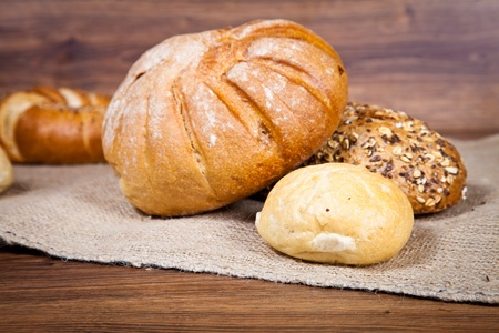 canasta de panes: Composición del pan fresco en la madera Foto de archivo