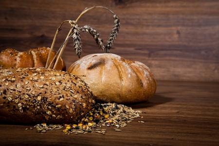canasta de panes: Composición del pan recién hecho en la madera
