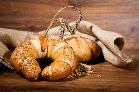 canasta de pan: Composición del pan recién hecho en la madera