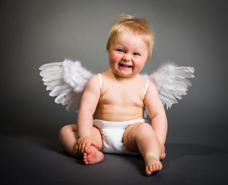 angeles bebe: Infantil beb� con alas de �ngel en fondo neutro Foto de archivo
