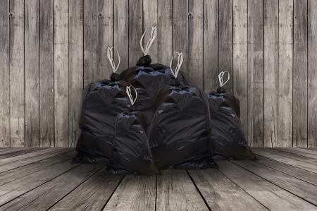 나무 배경 전체 검은 쓰레기 봉투 더미