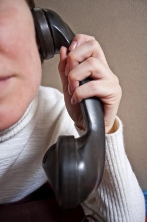 여자의 귀에 전화 헤드셋을 들고, 재미 개념