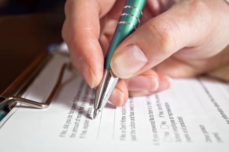 손에 펜으로 서명 대출 계약의 개념