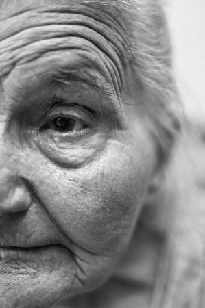 늙은 여자 주름이 얼굴이 눈에 선택적 포커스를 닫습니다