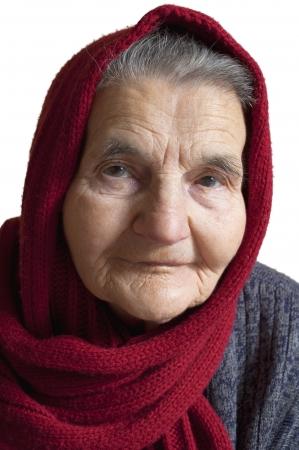 머리에 빨간색 스카프와 노인 여자의 초상화 스톡 사진