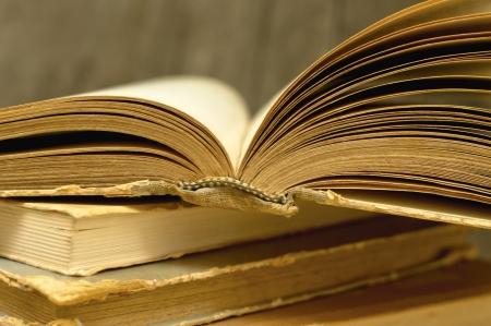 bible ouverte: Vieux livre avec des pages jaunies attis� ouverte, la profondeur de champ Banque d'images
