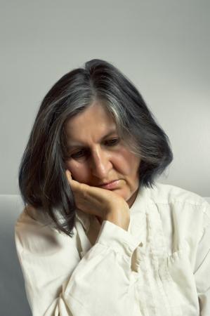 Portrait der traurigen einsame nachdenkliche Frau mittleren Alters.